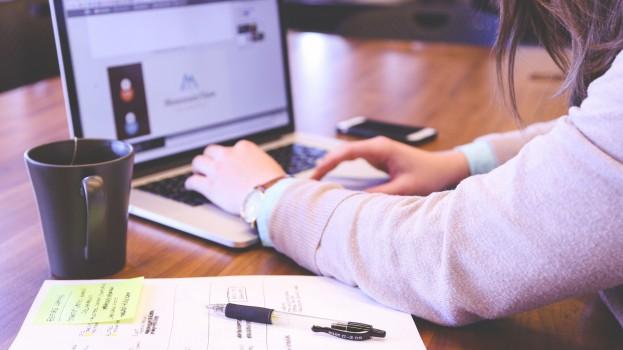 businesswoman-company-computer-7357