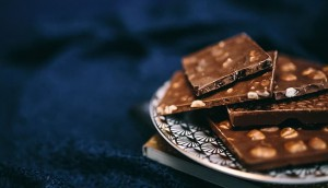 brown-chocolate-bar-on-silver-round-plate